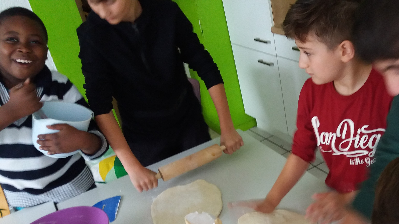 Jungen kochen